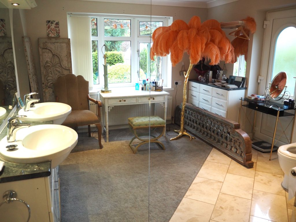 En suite bathroom with ostrich feather lamp